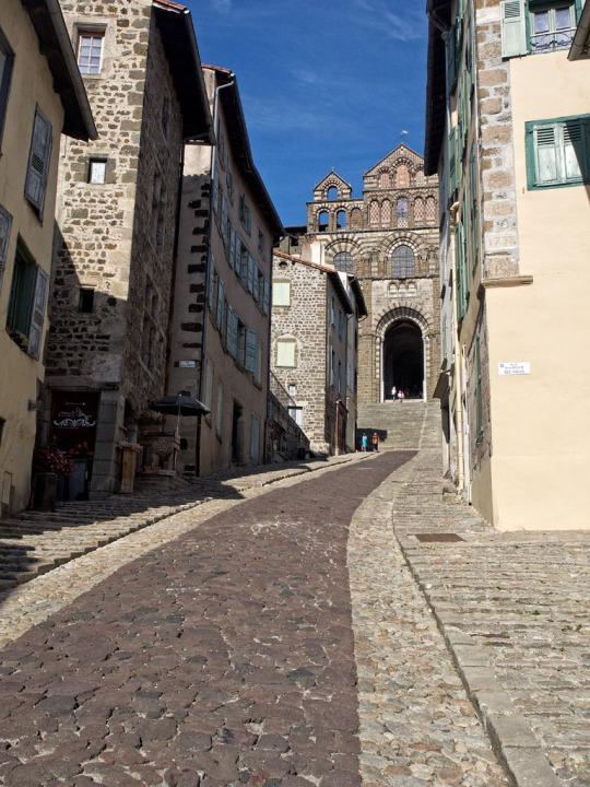 Le Puy architecture and cobblestone roads
